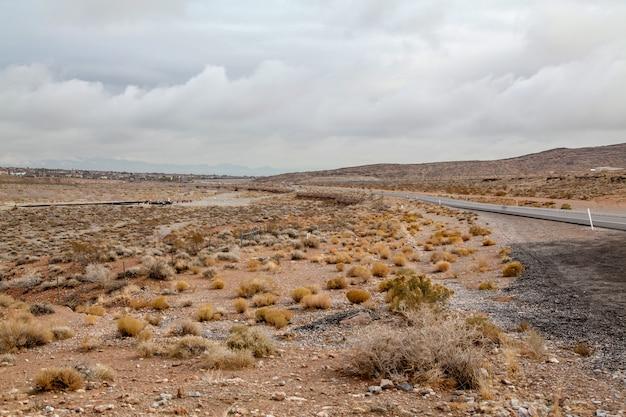 Vista do parque nacional da garganta vermelha da rocha no dia nevoento em nevada, eua. Foto Premium