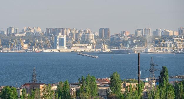 Vista do porto de odessa a partir do mar Foto Premium