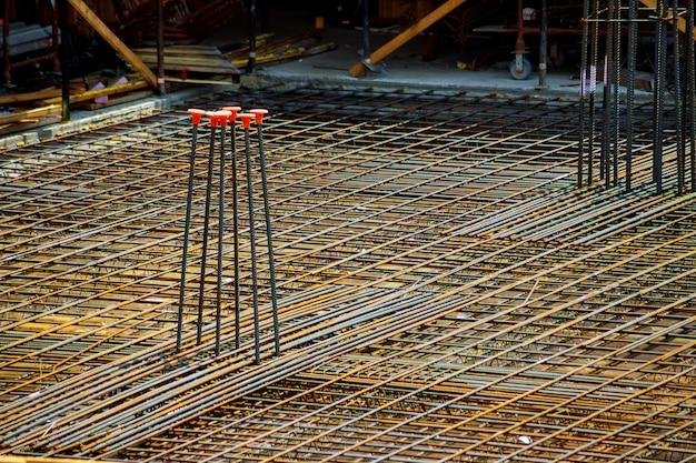 Vista do reforço de concreto com hastes metálicas ligadas por fio. preparação para derramar Foto Premium