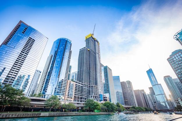 Vista do rio chicago em um dia ensolarado Foto Premium