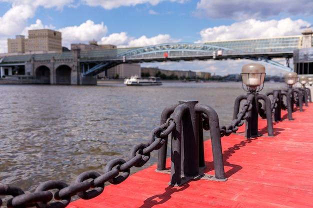 Vista do rio moscou. navio e ponte do rio. Foto Premium