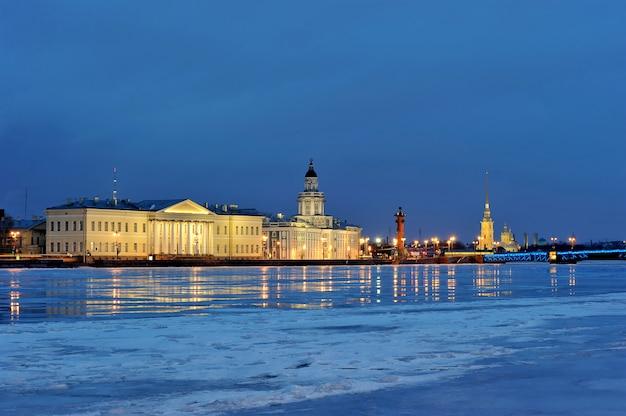 Vista do rio neva na fortaleza de pedro e paulo e o kunstkamera, são petersburgo, rússia Foto Premium