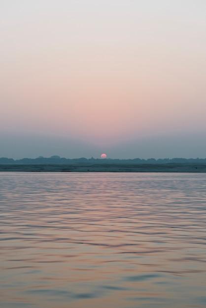 Vista do sol no rio ganges em varanasi, índia Foto gratuita