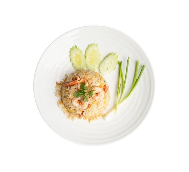Vista do topo. arroz frito com camarão em prato redondo branco isolado no branco. conceito de comida tailandesa Foto Premium
