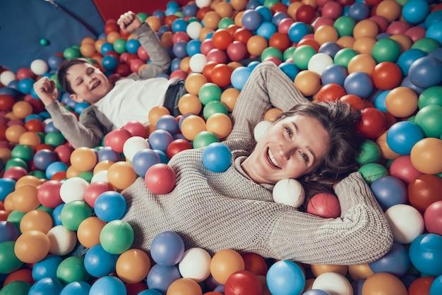 Vista do topo. mamã e filho felizes na associação com as bolas na alameda. Foto Premium