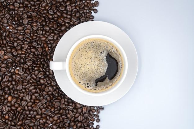 Vista do topo. xícara de café branca no fundo branco Foto Premium