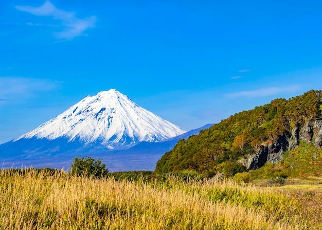 Vista do vulcão koryaksky na península de kamchatka Foto Premium