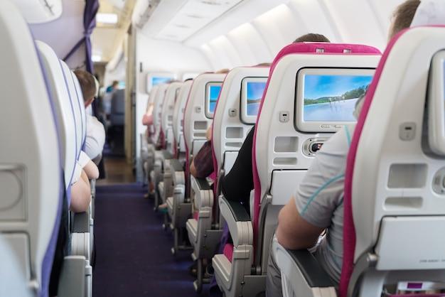 Vista dos assentos do corredor de passageiros dentro de avião Foto Premium