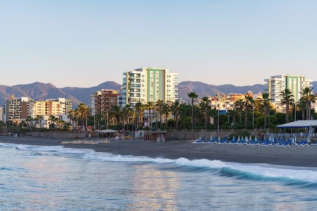 Vista dos edifícios da cidade perto da linha do mar de água do mar azul. de praia. casas e hotéis modernos à beira-mar. peru Foto gratuita