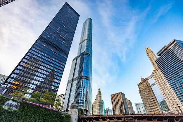 Vista dos edifícios de chicago em um dia ensolarado Foto Premium