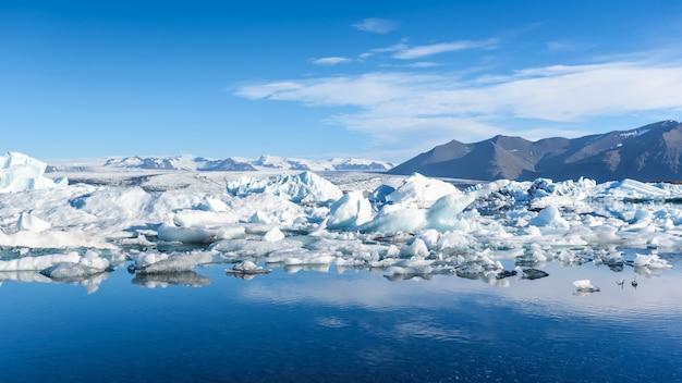 Vista dos icebergs na lagoa glaciar, islândia Foto Premium