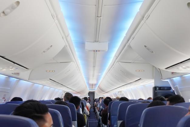 Vista dos passageiros nos assentos dentro do avião Foto Premium