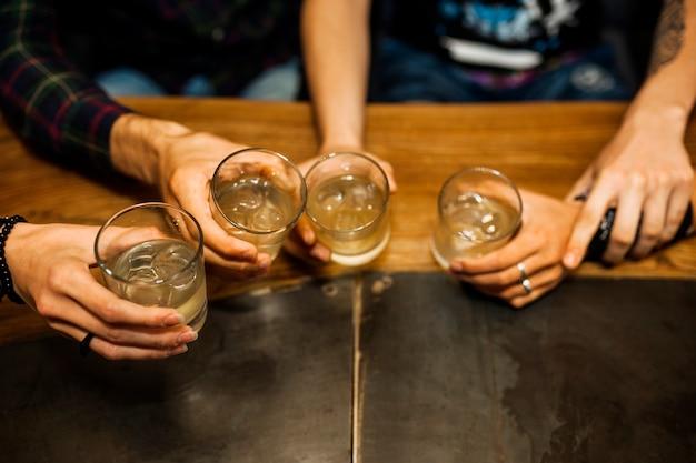 Vista elevada, de, amigos, segurando, tequila, óculos Foto gratuita
