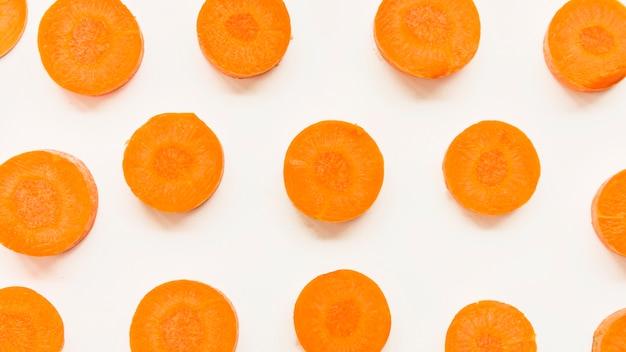 Vista elevada, de, cenoura, fatias, branco, fundo Foto gratuita