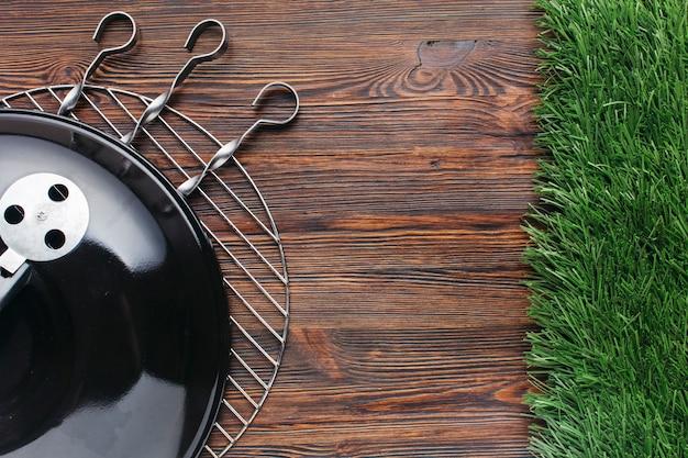 Vista elevada, de, churrasco, aparelho, e, metálico, skewer, ligado, madeira, fundo Foto gratuita