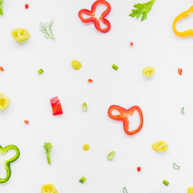 Vista elevada, de, colorido, legumes picados, branco, fundo Foto gratuita