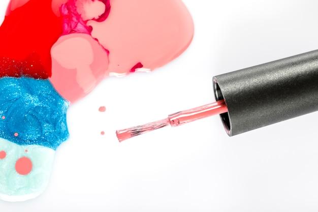 Vista elevada, de, coloridos, unha, polaco, e, escova, branco, fundo Foto gratuita