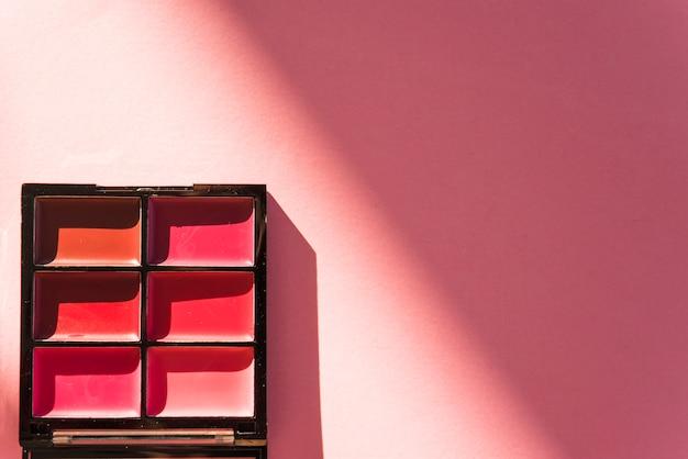 Vista elevada, de, cosmético, paleta sombra olho, ligado, experiência vermelha Foto gratuita