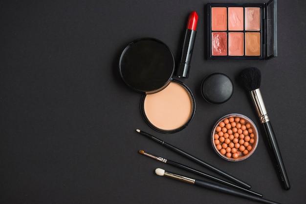 Vista elevada, de, cosmético, produtos, e, escovas, ligado, experiência preta Foto gratuita