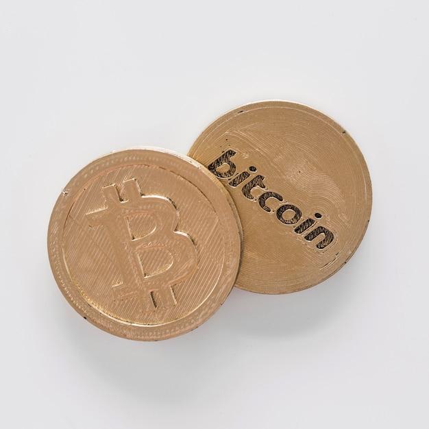Vista elevada, de, dois, bitcoins, sobre, a, fundo branco Foto gratuita