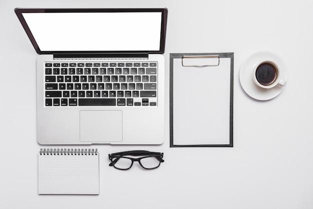 Vista elevada, de, escrivaninha escritório, e, abertos, laptop, e, xícara café Foto gratuita