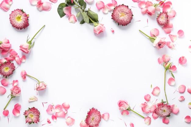 Vista elevada, de, flores frescas, branco, fundo Foto gratuita