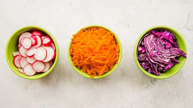 Vista elevada, de, fresco, chopped, ingredientes, em, tigela Foto gratuita