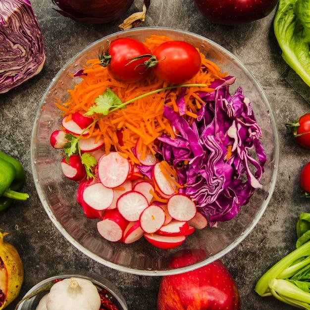 Vista elevada, de, fresco, chopped, salada, em, tigela transparente Foto gratuita