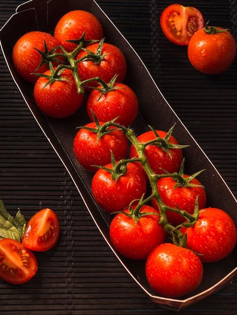Vista elevada, de, fresco, tomates vermelhos, em, bandeja Foto gratuita