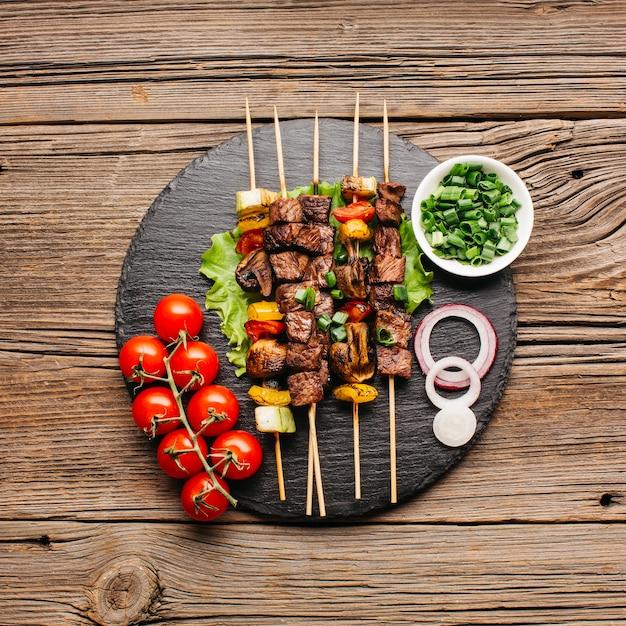 Vista elevada, de, gostosa, carne deliciosa, skewer, para, refeição Foto Premium