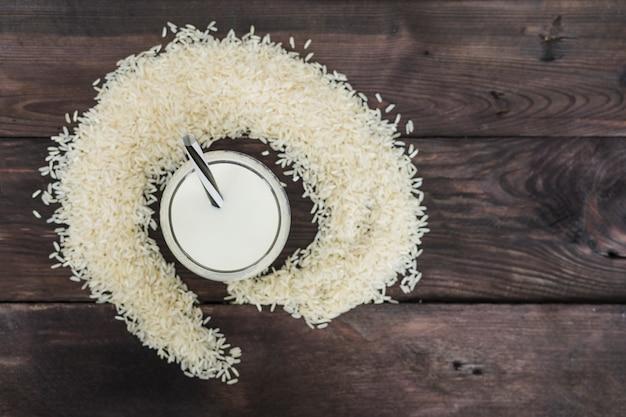Vista elevada, de, leite arroz, e, arroz, grãos, organizado, sobre, resistido, fundo Foto gratuita