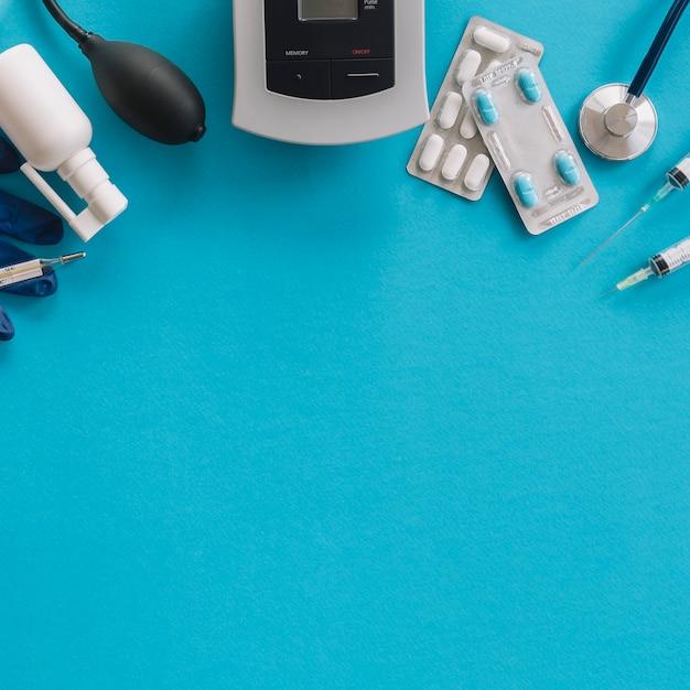 Vista elevada, de, médico, equipamentos, ligado, experiência azul Foto gratuita