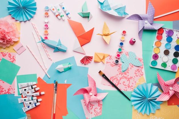 Vista elevada, de, origami, trabalho artesanal, e, equipamento Foto gratuita