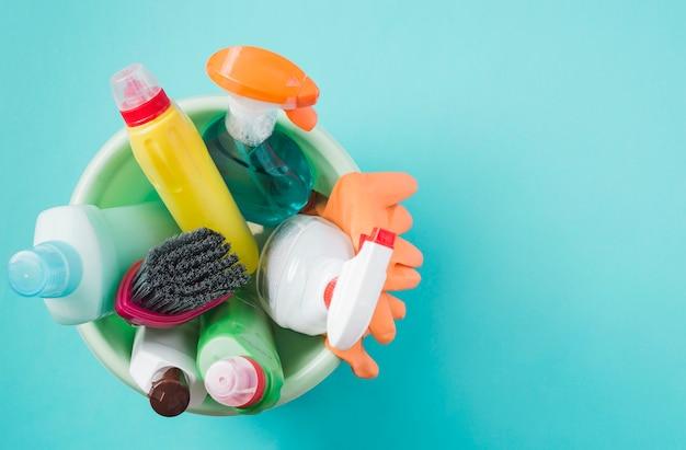 Vista elevada, de, produtos limpeza, em, balde, em, turquesa, fundo Foto gratuita