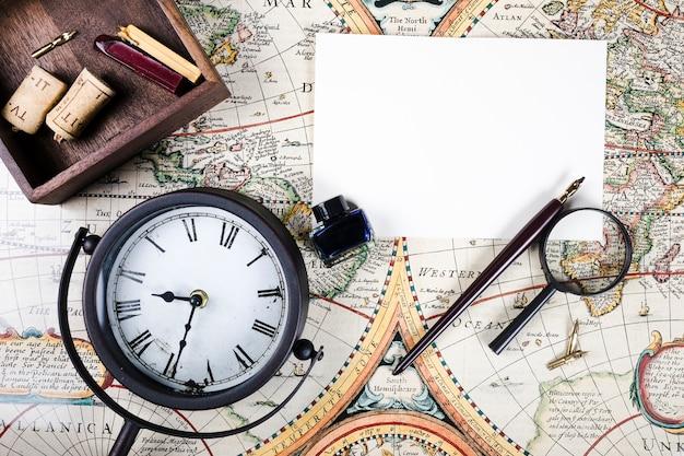 Vista elevada, de, relógio, papel, caneta, e, tinta, garrafa, ligado, mapa Foto Premium
