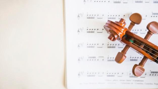 Vista elevada, de, rolagem violino madeira, e, cordas, ligado, notas musicais Foto gratuita