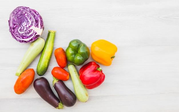 Vista elevada, de, saudável, cru, legumes, ligado, madeira, fundo Foto gratuita