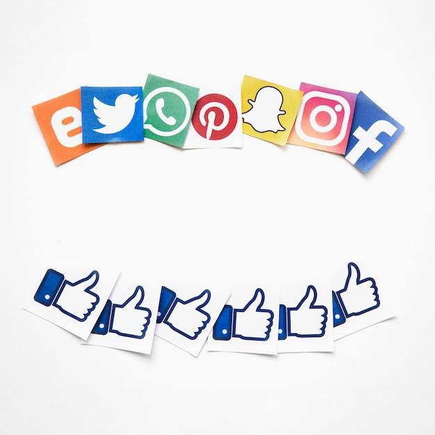 Vista elevada, de, social, vívido, mídia, e, semelhante, ícones, sobre, fundo branco Foto gratuita