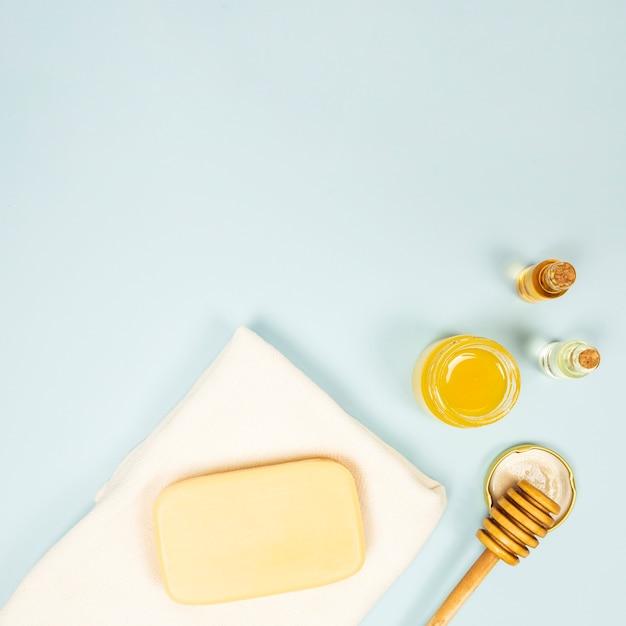 Vista elevada, de, spa, ingrediente, sobre, experiência azul Foto gratuita