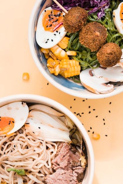 Vista elevada, de, tradicional, asiático, noodles, tigelas, bege, fundo Foto gratuita