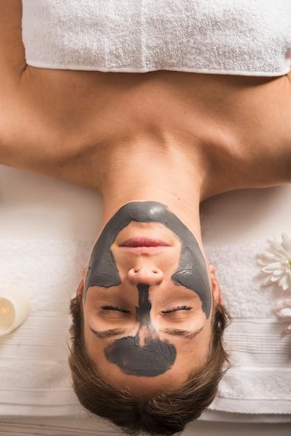 Vista elevada, de, um, relaxado, mulher, com, máscara rosto, ligado, dela, rosto Foto gratuita