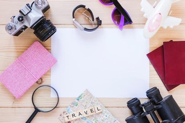Vista elevada, de, vário, viajar, equipamentos, e, em branco, papel branco, ligado, madeira, fundo Foto gratuita