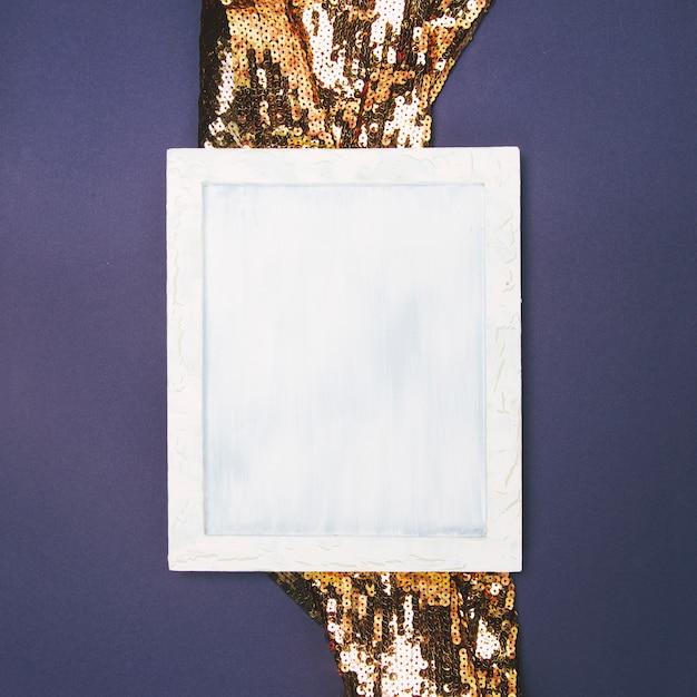 Vista elevada, de, vazio, em branco, frame, ligado, dourado, sequin, tecido, contra, experiência colorida Foto gratuita