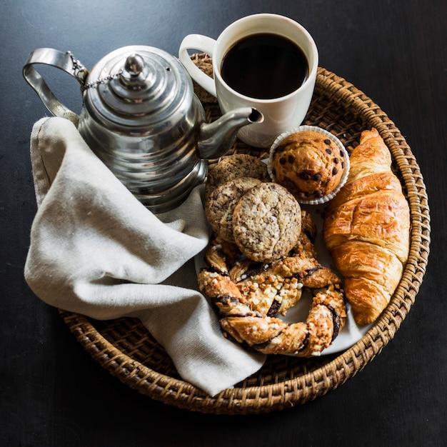 Vista elevada do café da manhã no fundo preto Foto gratuita