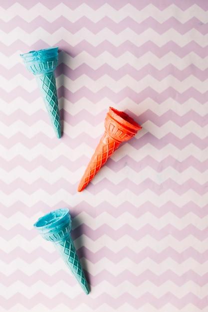 Vista elevada do cone de sorvete vazio no plano de fundo texturizado Foto gratuita