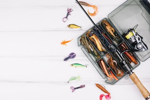 Vista elevada do kit de pesca na prancha de madeira Foto gratuita