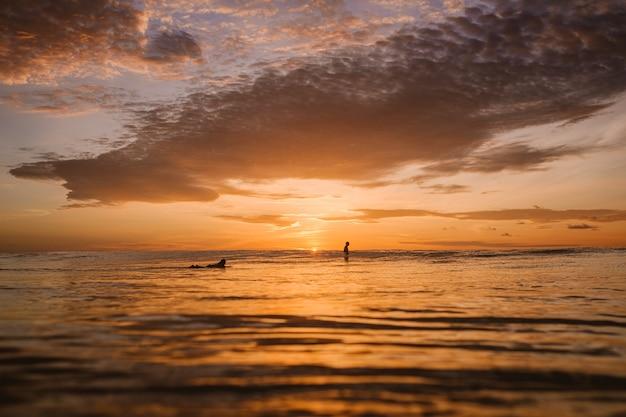 Vista fascinante do colorido amanhecer sobre o oceano calmo nas ilhas mentawai, na indonésia Foto gratuita