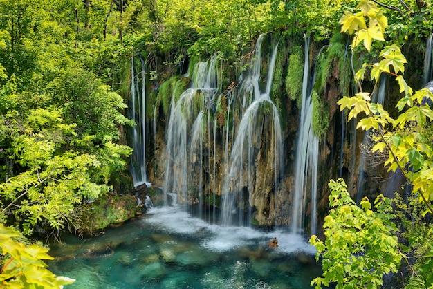 Vista fascinante do parque nacional dos lagos de plitvice, na croácia Foto gratuita
