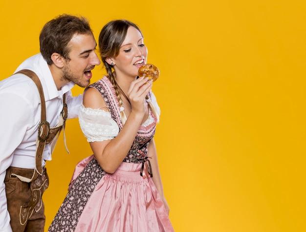Vista frontal amigos prontos para comer um pretzel Foto gratuita