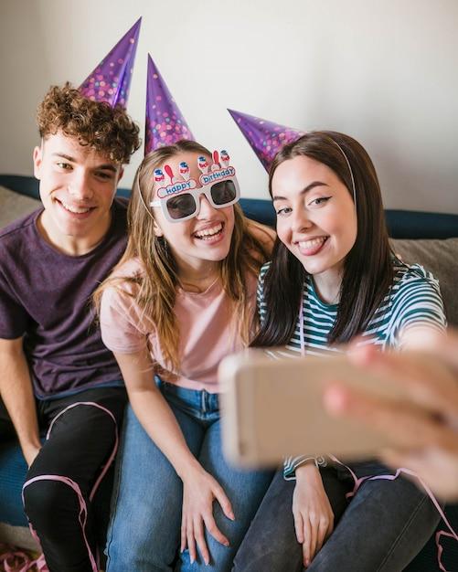 Vista frontal amigos tomando uma selfie Foto gratuita